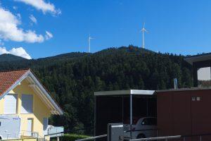 Blick von der Ortseinfahrt Elzach-Yach aufs Eckle - mit Windrädern